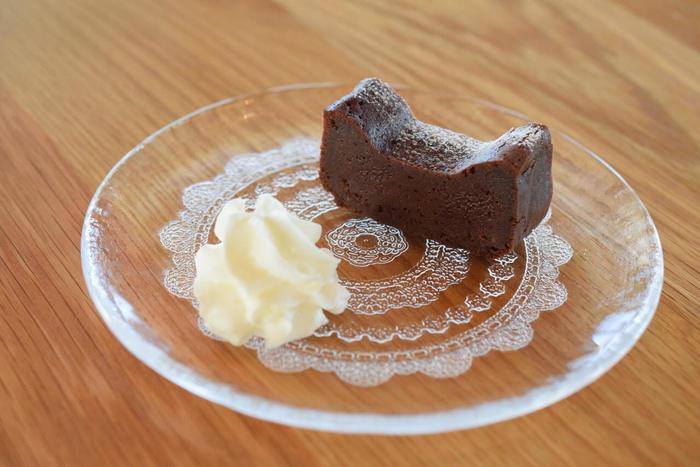 スイーツも充実しています。そして、こちらの料理をいただく時の楽しみが、一品一品に合わせられたガラス皿です。 しっとり美味しいチョコケーキにレースのようなガラス皿が可愛いですね。