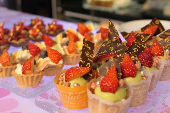 ホテル開業以来30年以上に渡って愛され続けている定番イチゴのスイーツ「ショートケーキ」や「ロールケーキ」、「いちごのタルト」に加えて、可愛らしいビジュアルの小ぶりなスイーツがずらりと並びます。