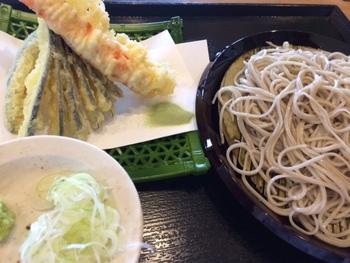 『天ぷら蕎麦』。 子ども用メニュー『キッズプレート』もあり、お蕎麦か天丼から選べるとのこと。スイーツでは『そばプリン』のメニューが。
