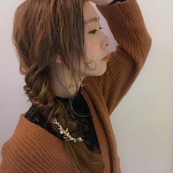 サイドに寄せたゆる~い編みおろしアレンジ。 顔周りの髪を少し残しておくと抜け感のある仕上がりに。