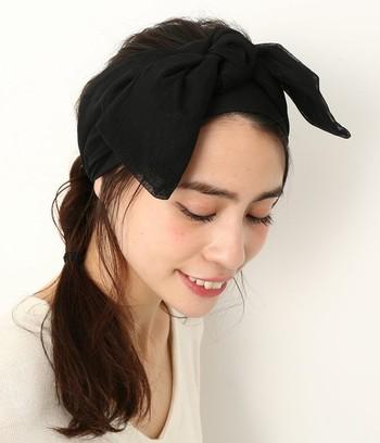 こちらは、後ろで一度髪をまとめたら、そのままねじりながら片側へ寄せてゴムで留めるだけ♪ さらにヘアバンドをプラスすれば、シンプルコーデも華やぎます。