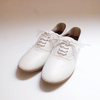 柔らかな革で作られたレースアップシューズ。ヒモを取ったり、かかとを踏んだりと色々な履き方ができるので、毎日のカジュアルコーデでガシガシ使える白シューズです。