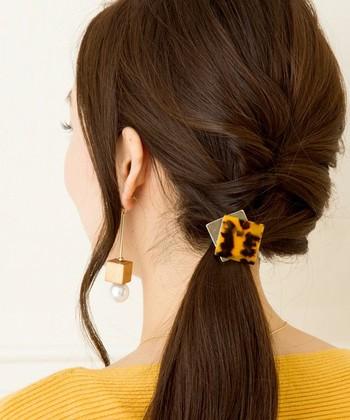 低めの位置でずらしなが編み込みをした片寄せアレンジです。 毛先を多めに残して、へアクセサリーでワンポイントをプラス!