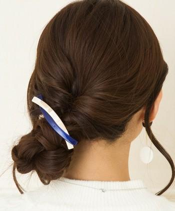 後ろの髪を片側に寄せて一度くるりんぱさせたら、毛先に向かって三つ編みに。 最後に編み込んだ毛束をくるくるっとまるめて、バレッタなので固定すれば出来上がり♪