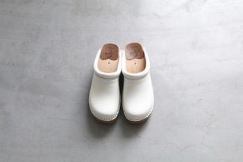 1907年から木靴クロッグを作り続けるスウェーデンの老舗ブランド「トロエント―プ」に別注をかけて製作されました。