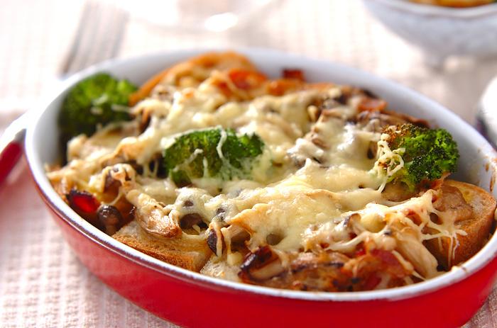 こちらは白味噌を使った和風のパングラタンレシピです。シメジ、舞茸、しいたけなどのキノコが数種類入っているところも魅力。バゲットとの相性をぜひ試してみてくださいね。
