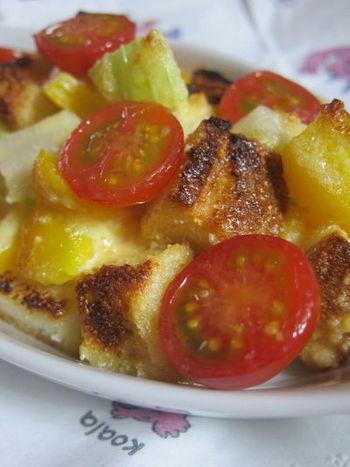 パンの耳をこんがり焼いた食感が好き、という人には水分なしのグラタンもおすすめ。あらかじめ混ぜ合わせたソースに和えて焼くだけなので簡単に作れるでしょう。お好みの焼き加減で召し上がれ♪