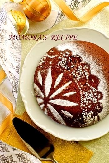 『しっとり濃厚チョコケーキ』  ホットケーキミックスと炊飯器で簡単に、混ぜてスイッチポンでしっとり濃厚なチョコケーキができます。レースペーパーと粉砂糖で美しいデコレーションを。