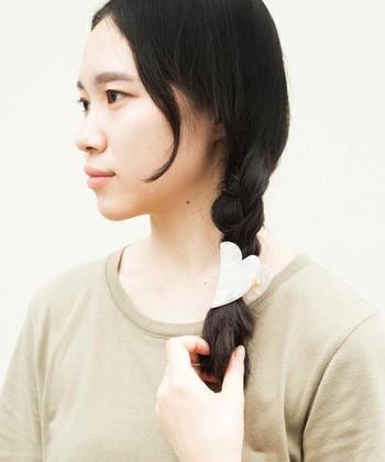 サイドでシンプルに三つ編みに。 結び目にヘアクリップなどをつけてもオシャレですね。