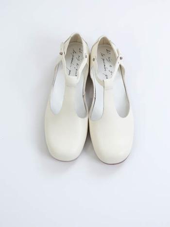 イタリアのバタラッシーカルロ社というタンナーの革を使用。履けば履く程に足に馴染み、味のある独特の風合いに育つ手仕事で作られたシューズです。上質な大人の日常靴として履きこなしてください。