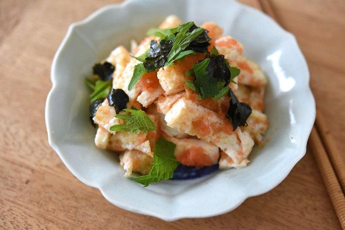 薄く焼いた卵白にたらこを混ぜ合わせて、仕上げに大葉と海苔をちらすだけの簡単レシピ。卵白はごま油を使って両面をこんがりと焼きます。忙しいときでも、パパッと手軽につくれるのがうれしいですね。