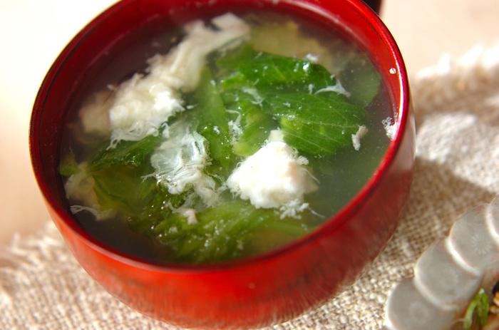 レタスの中華スープに、卵白をふんわり混ぜ合わせて仕上げる簡単レシピ。レタスのグリーンと、真っ白な卵白のコントラストがキレイ。
