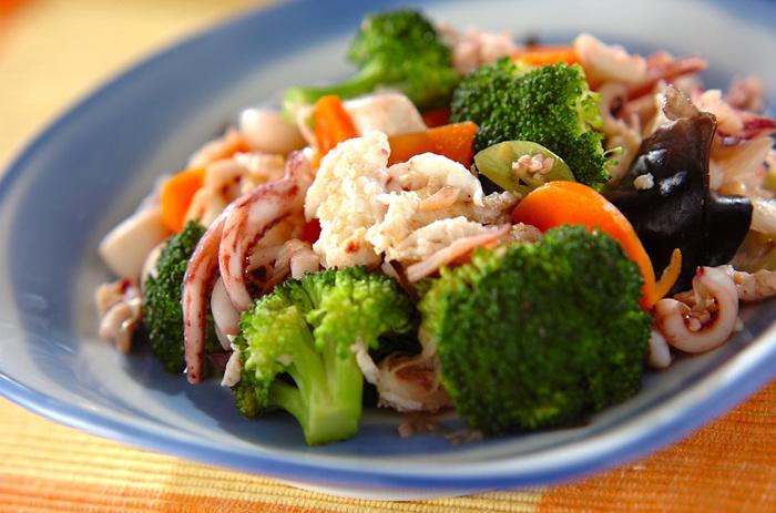 あらかじめ好みのかたさに焼いておいた卵白を、にんにくとしょうがで炒めた野菜とイカに加えるだけ。卵白のおかげでふわふわに仕上がります。野菜もたっぷり食べられるのがうれしい◎。
