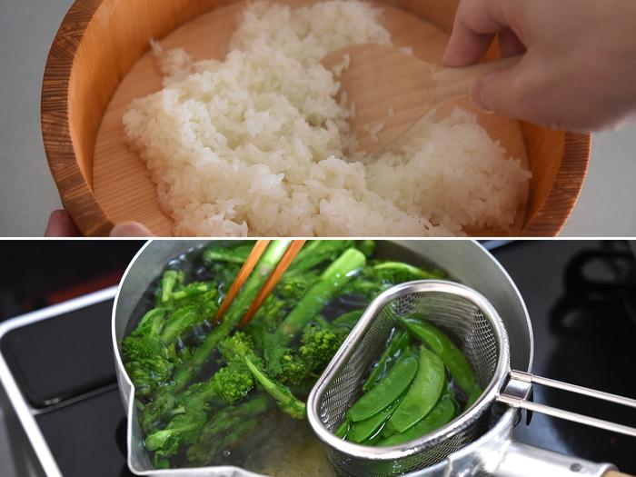 調味料を合わせた寿司酢を、炊いたごはんに混ぜて酢飯を作ります。冨田さんのレシピで作る酢飯は、市販の寿司酢で作るよりも甘さを抑えたさっぱりとした味わい。 野菜類は下茹でをして水気をしっかりとっておきます。いなり寿司に載せやすい大きさにカットもしておきましょう。