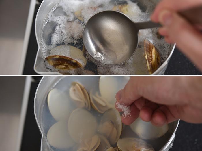 アクが出てきたら丁寧にすくい取り、沸騰したら昆布は取り出します。貝の口が開いたら、仕上げに風味付けのお酒と、味を見ながら塩を少しずつ加えて。はまぐりのうまみを活かした、とてもシンプルな汁物の完成です。