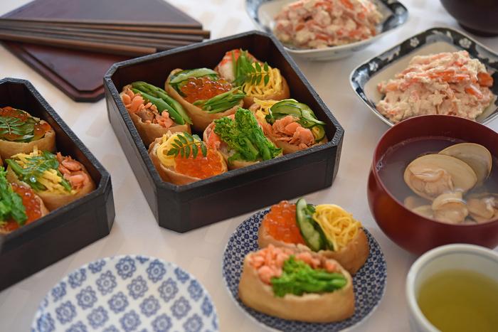 いなり寿司には重箱がよく似合います。華やかさも引き立ち、ご馳走感も演出してくれます。豆皿を用意して、全体的に和のテーブルコーディネートでまとめましょう。