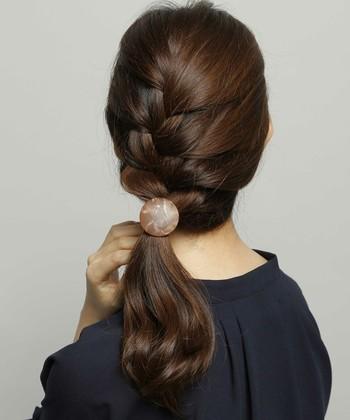 髪をサイドに寄せてアレンジするだけで、女性らしい雰囲気がアップします。 たまには気分を変えて、片寄せアレンジをぜひ楽しんでみてくださいね♪