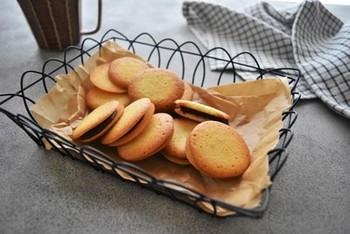 人気の薄いクッキー、ラングドシャにもチャレンジ。こちらのレシピは、メレンゲなしで泡立て不要!混ぜるだけの簡単レシピなので初めての方もトライしやすいはず。そのままでもいいですし、溶かしたチョコレートをサンドするのもおすすめです。