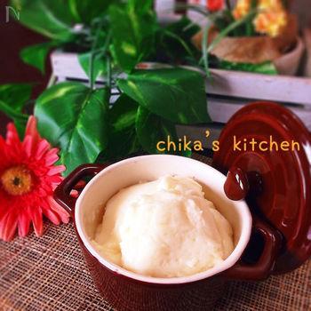 卵黄でカスタードクリームをつくったら、余った卵白でこちらのミルククリームをつくってみてはいかがでしょうか?バターは使わずに、材料をレンジでチンするだけでつくれます。