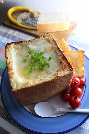 こちらはとっても豪華!食パン一斤をまるごと使ったパングラタンのレシピです。切り取ったパンの中身は、一緒にトーストしておきましょう。パングラタンにトーストをつけながら食べるのも無駄のないおいしい食べ方ですよ♪