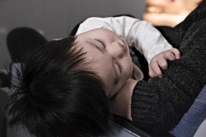 歯ミガキの時間帯はいつでもいいのですが、夜眠る前の歯磨きが一番重要です。睡眠中は口の中の唾液が減り、体温も上昇するので、虫歯の原因である細菌が繁殖しやすくなっています。食後の歯ミガキはあくまで食べかすを取るエチケット程度。一日一回は時間をかけた丁寧な歯ミガキをすることが大切なんです。