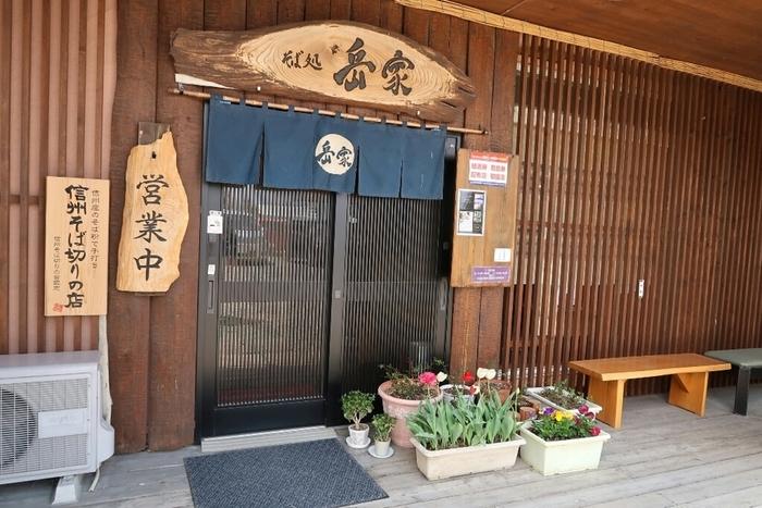 中央道・諏訪インターから20分ほど、諏訪湖の西側、飲食店が数軒あつまった小さな建物の1階に、2008年にオープン。