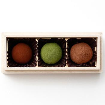 チョコレートは世界共通の愛されスイーツ。海外にはチョコに舌が慣れている人が多いですが、そんなチョコ通にこそ贈りたくなるのが「Dari K(ダリケー)」のトリュフです。カカオ豆の焙煎から仕上げまで、丁寧に手間ひまかけられている渾身の作。抹茶味の苦味と甘みのバランスが絶妙です。