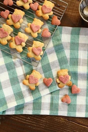 プレゼントのお菓子に、ハートを抱っこしたクマのクッキーもキュート。ありがとうの気持ちを、かわいらしいクマが届けてくれるはずです♪