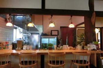 お店はオープンキッチン。カウンター・座敷・テーブル席が揃っています。