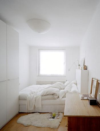 幅の狭い部屋ですが、壁や奥のベッド、クローゼットが真っ白なおかげで、随分空間が広く感じます。
