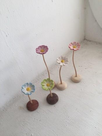 天然木で作られたこちらは、お花の部分にアロマオイルやエッセンシャルオイルを垂らして使います。茎の曲線に動きがあり、何本か並べて飾るとさらにステキですね。春らしいカラーもお部屋を明るくしてくれます。電気や火を使わないので枕元に置いても安心。また、来客前にオイルを垂らして、ほのかな香りでおもてなしをしても♪