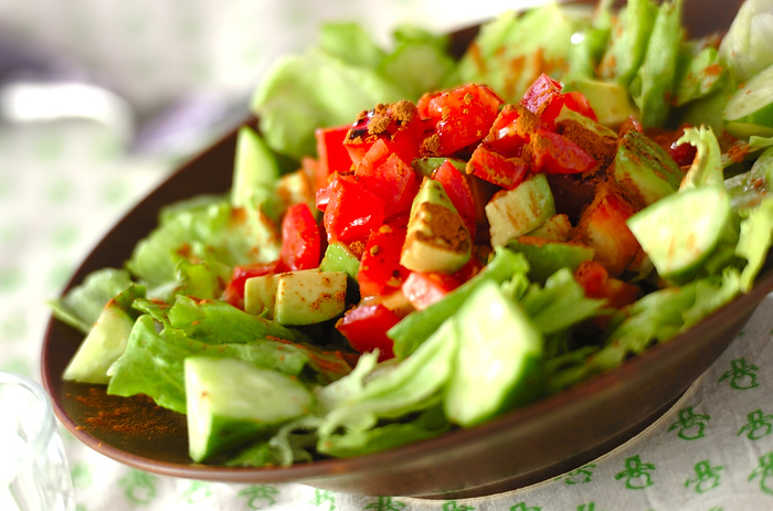 新鮮野菜をつかったシンプルなサラダですが、ドレッシングに加えたシナモンとタバスコで、ちょっと大人向けの味。 スパイシーなアクセントが、トマトやアボカドとの相性ぴったりです◎