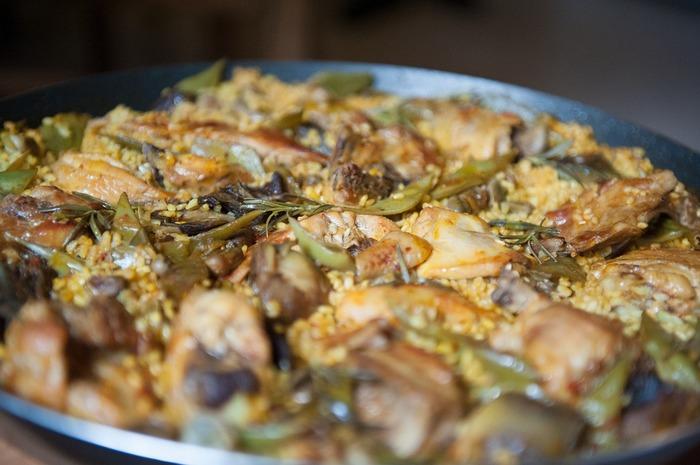 単体で十分個性があるため、海外では塩やオリーブオイルをまぶしてシンプルに食べられていることがあります。日本のレストランでは、時にはピュレ状となってソースに使われ、はたまた米料理やパスタに加えられ味のアクセントとなっていることも。メニューごとに姿と味を変えて、とにかく幅広い料理に登場します。