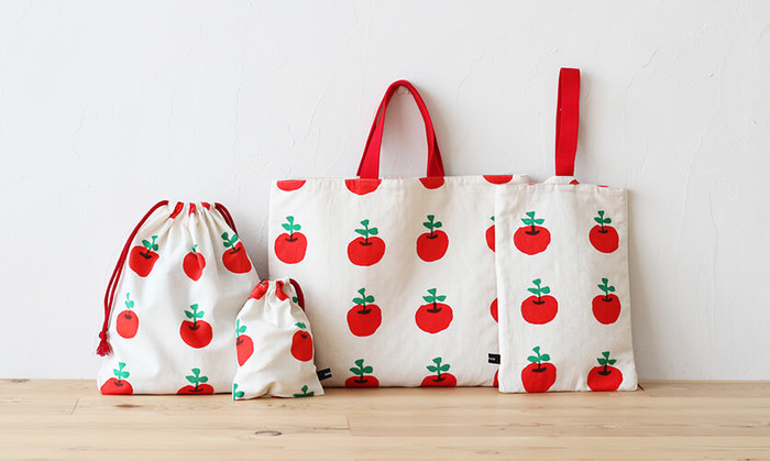 お子さんのお気に入りの生地で、おそろいのバッグと布小物を作りませんか。意外と簡単に作れますよ♪