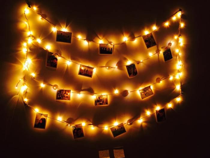電球の線にクリップをつけて写真を飾って。ライトをつけるとロマンチックなムードになりますね。お気に入りの写真を眺めながらリラックスタイム☆