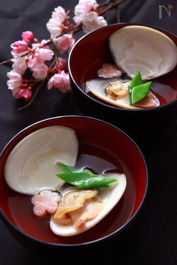 定番の蛤のお吸い物は、大きめの蛤を使うと見た目に美しく、華やかさが増します。作り方は簡単で、昆布、蛤、料理酒を入れて火にかけ、塩で味を整えるだけ!