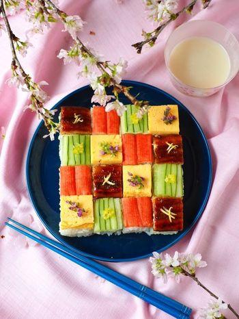 とっても華やかで美しいこのモザイク寿司は、おうちにあるもので簡単に作れてしまいます。ちなみにこちらの具材は卵、きゅうり、カニカマ、鰻とシンプルです。