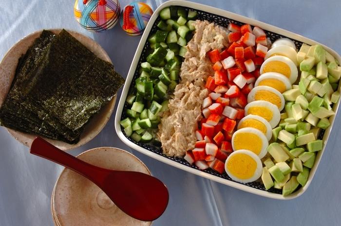 こちらもおうちにある具材で手軽に作れるスコップちらし寿司。好きな具材を手巻き寿司にして食べるユニークなちらし寿司です。持ち寄りパーティーにおすすめです!