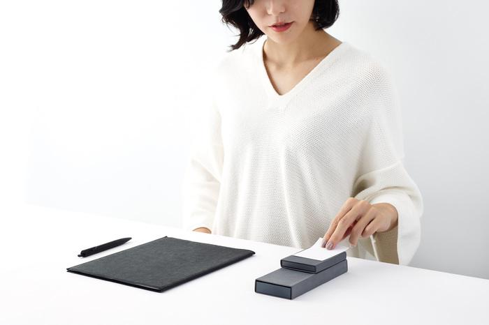 ペンケースは上にカードケースを重ねると、デスク周りがすっきりとした景色に。カードケースは下から指でカードを押し上げてスムーズに取り出せるよう、アルミの底面に孔があいています。