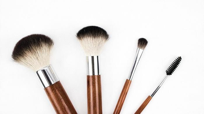 チークを購入した時、多くはブラシとチークがセットになっていますが、チークの良さを引き出すには同梱されているブラシではなく、チーク用ブラシを別に用意すると良いでしょう。チークブラシの種類は多く、ブラシの毛の素材によってもチークの入り方が違ってきます。密度があって丸いやわらかな毛のチークブラシが基本的なタイプで、初心者にも扱いやすいチークブラシです。毛がやわらかいので、仕上がったチークはふんわりとしたやわらかな印象になります。