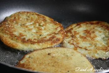 チェコ風パンケーキと呼ばれている「ブランボラーク」。お好み焼きに例えられることもありますが、薄くしっとり焼き上げるので、どちらかというとチヂミのイメージに近いかも。じゃがいもは茹でる必要がなく、摩り下ろすだけ。小麦粉をはじめとする材料と混ぜ合わせて、多めの油で揚げ焼きしていきます。外はサクッと、中はもっちり。肉料理や野菜と一緒にそのまま味わっても、お好みでソースをかけてもOK。生地にチーズを加えても美味しいですよ。じゃがいもの品種は粘りがあるメイクイーンのほうが向いています。