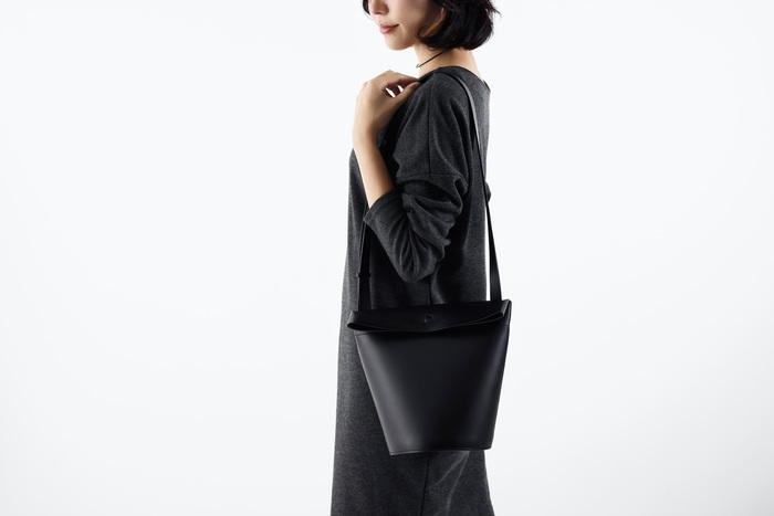 """バッグを使っている時はもちろん、置かれている時の""""景色""""も大切に考えられた「Round bottom bag」。デザインオフィス イドによってデザインされた、都会的で洗練された印象のショルダーバッグです。"""