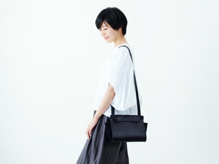 洗練された端正な四角いフォルムが、クールでモダンな印象の「Flat bag」。シンプルながらも女性らしさを感じさせる上品なレザーバッグは、カジュアルにもフォーマルにも合わせやすく、年齢を重ねても長く愛用することができます。一見すると普通のバッグに見えますが、実はとてもユニークな仕掛けが施されています。