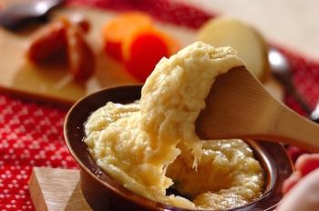 お餅のようにトロ~ッと伸びる「アリゴ」。フランスの郷土料理です。見た目のインパクトがあり、それでいて失敗しにくい初心者向けメニュー。 マッシュポテトにチーズを混ぜて、粘りが出るまで混ぜ合わせます。ここにバターと摩り下ろしニンニクが入っているのがポイント。チーズフォンデュのように、パンや、ハンバーグ、ソーセージ、人参やブロッコリーなどの付け合わせ野菜などと一緒に食べてみて。