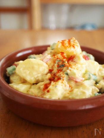 スペインには、じゃがいも料理がたくさんあります。伝統的なフライドポテト料理として知られているのが、パプリカが効いたピリ辛の「ブラバス」と、ニンニク風味の「アリオリ」。この2大ソースは、タパスメニューの定番中の定番です。 アリオリとは、ニンニクと卵で作るオリジナルのマヨネーズのこと。日本でおなじみのポテトサラダとは一味違うコクがあり、お酒のおつまみに最高です。