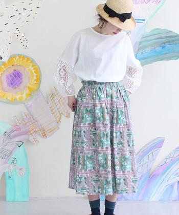 ホワイトのブラウスも袖部分に刺繍+透け感のあるスリーブでエレガントな印象に。ストロー素材の帽子と合わせたり籐素材のバッグと合わせても季節感たっぷりの素敵なコーデになりそうです。