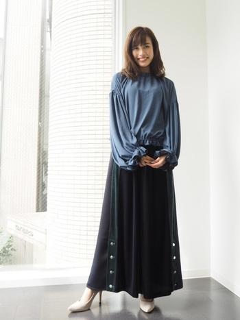 とろみ素材は見た目にも柔らかで優しげな印象に。そこにふんわりスリーブがプラスされた女性らしいデザイン。裾にも襟元にも袖同様ギャザーが入っていて、袖は二段フリルと繊細なデザインが素敵です。ちょっと甘すぎ?と思われる方も落ち着いたブルーカラーだとさらっと着られそうです。