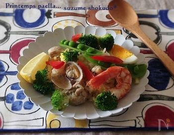 魚介類をたっぷりと使ったパエリアです。具材が多い場合は水を少なめにして固めに炊き上げるのがポイントです。魚介類は冷凍のシーフードミックスを使うと便利ですよ♪