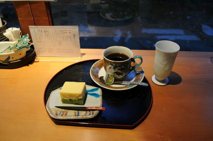 コーヒーを注文すれば、豪華な色絵の九谷焼のカップで提供されます。お菓子付きになっているのもうれしいですね。このようなカステラ菓子のほか、金つばや落雁など、菓子処・金沢の自慢の和菓子が一つ付いてきます。歴史深い建物の中、上質な器でいただくコーヒーは、いつものカフェとは異なる美味しさ。上質なひと時を満喫できますよ♪