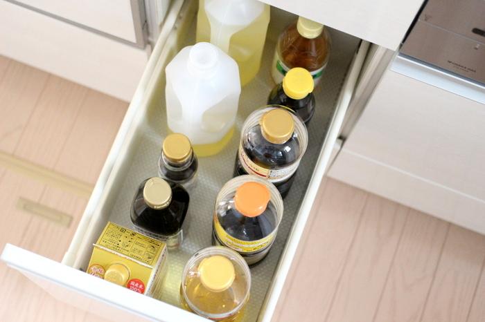 ご紹介した調味料はバターを除いて、【開封前】のほとんどのものが常温(冷暗所)保存で大丈夫そう。【開封後】も常温で保存できるものは、「砂糖」や「塩」「本みりん」「油類」など。とくに本みりんや油類は冷蔵庫にいれると品質が変化してしまうものもあるので注意したいですね。